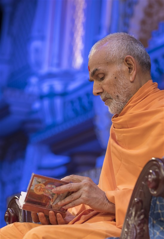 Swamishri concludes his puja with the reading of the Shikshapatri