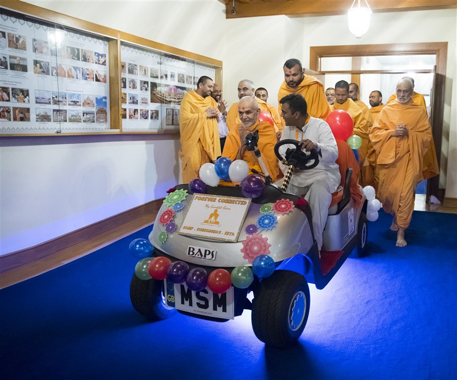 Swamishri on his way to the assembly hall