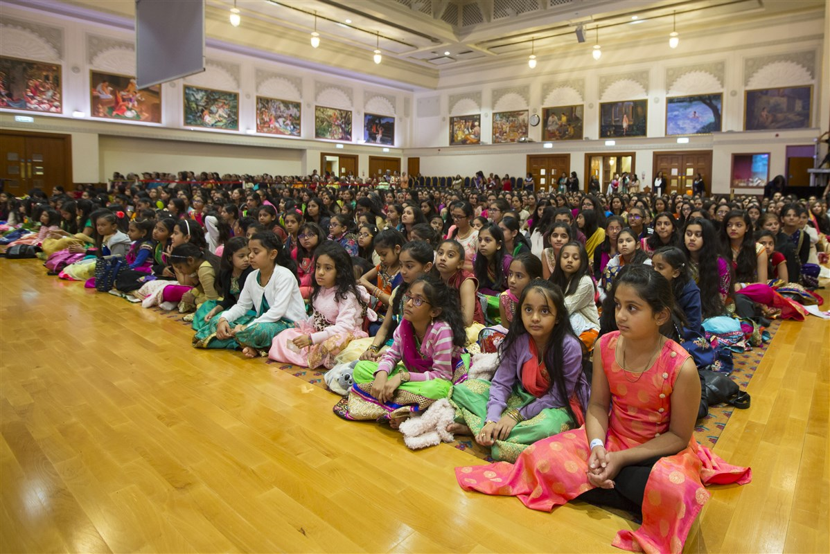 Hundreds of children had gathered from early morning to celebrate Bal-Balika Din with Swamishri