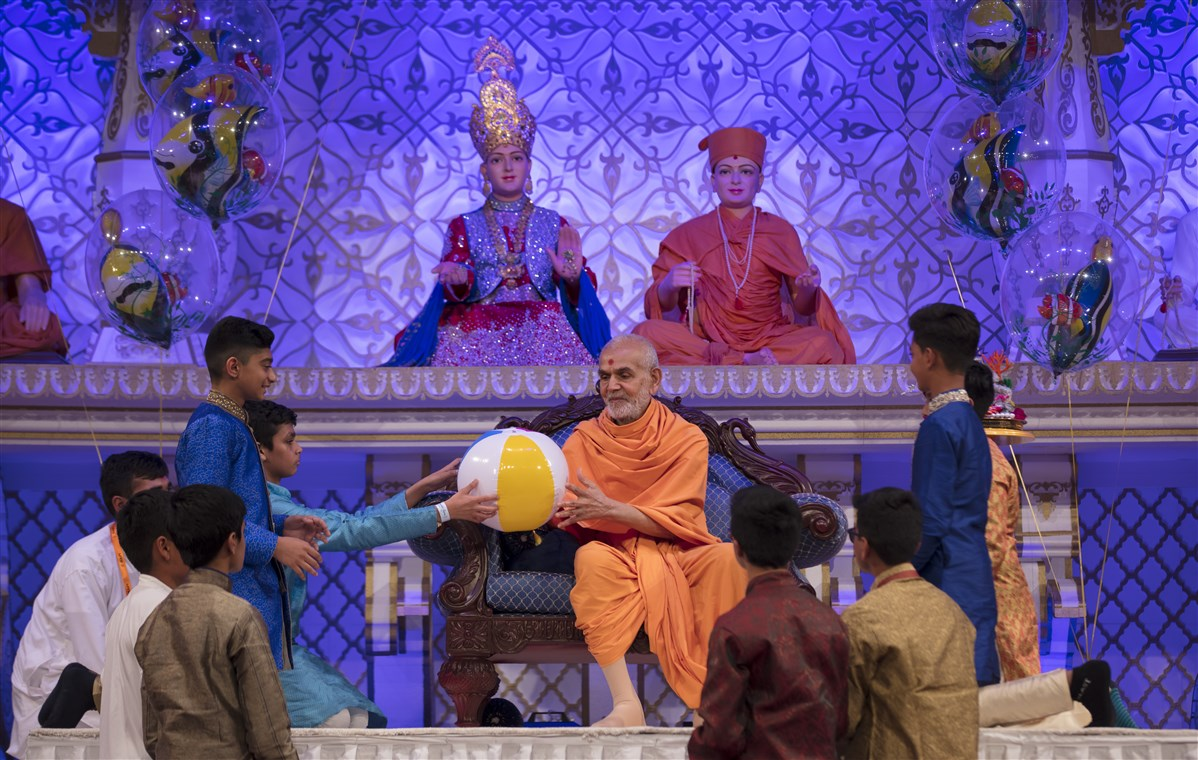 In the evening assembly, Swamishri engages with the children in a number of interactive games