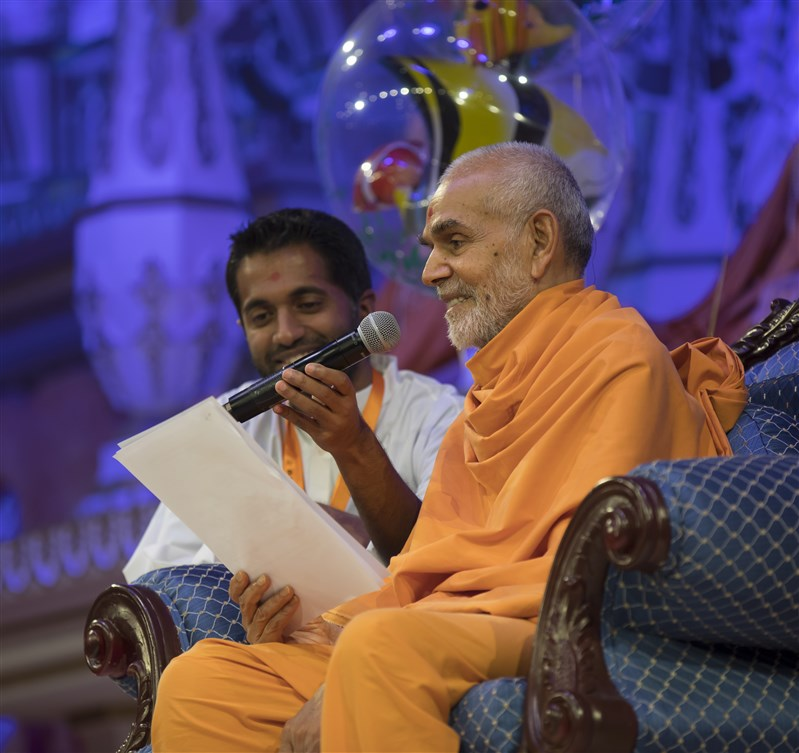 Swamishri engages in a verbal game with the children