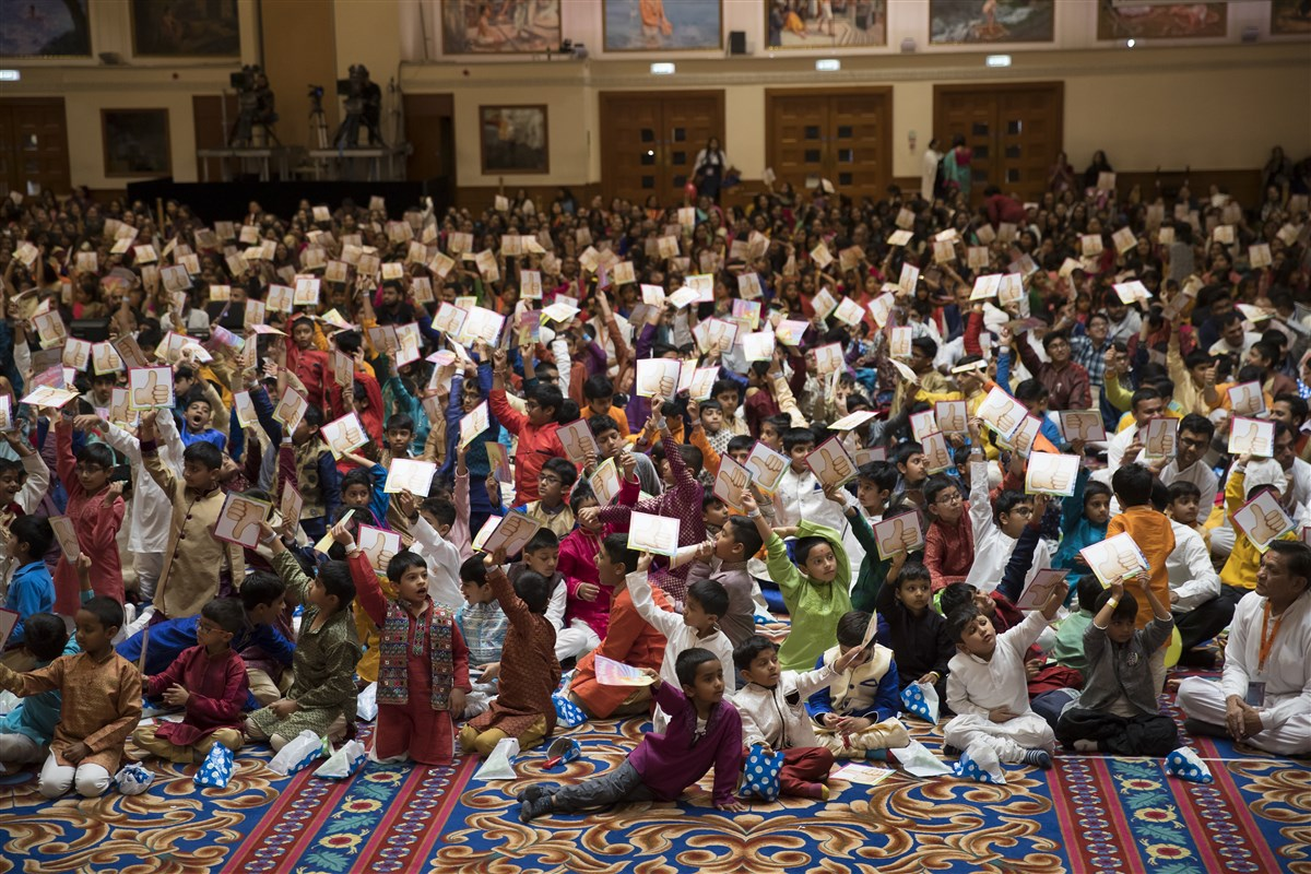 The children respond to Swamishri's questions