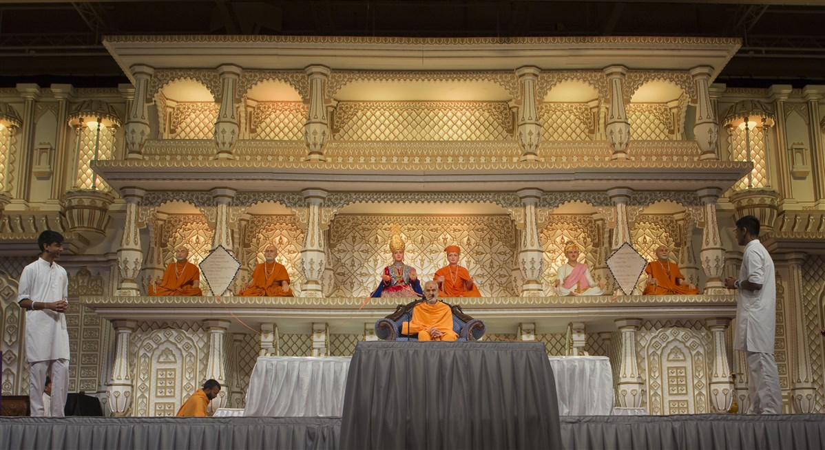 Kishores present to Swamishri a modern rendering of one of Yogiji Maharaj's tales of wisdom...
