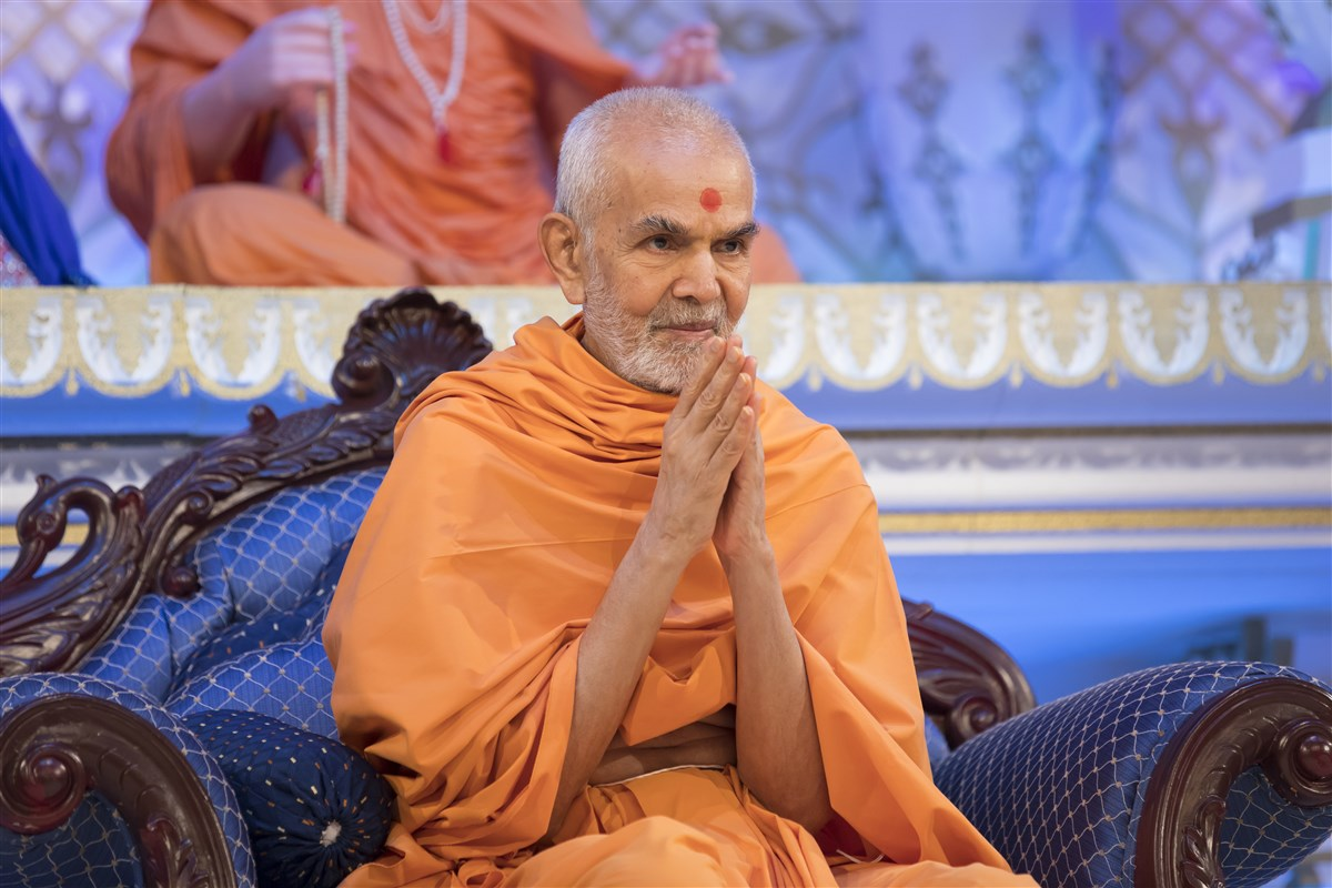 Swamishri greets everyone with folded hands after his puja