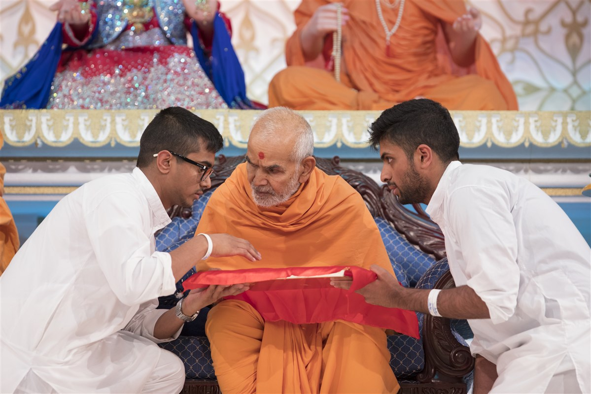 Swamishri sanctifies awards to be presented for academic excellence