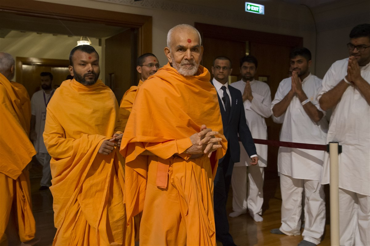 Swamishri enters the assembly hall for his morning puja