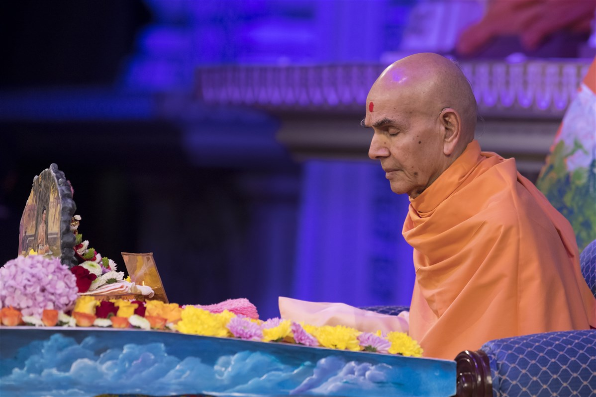 Swamishri engrossed in meditation and chanting