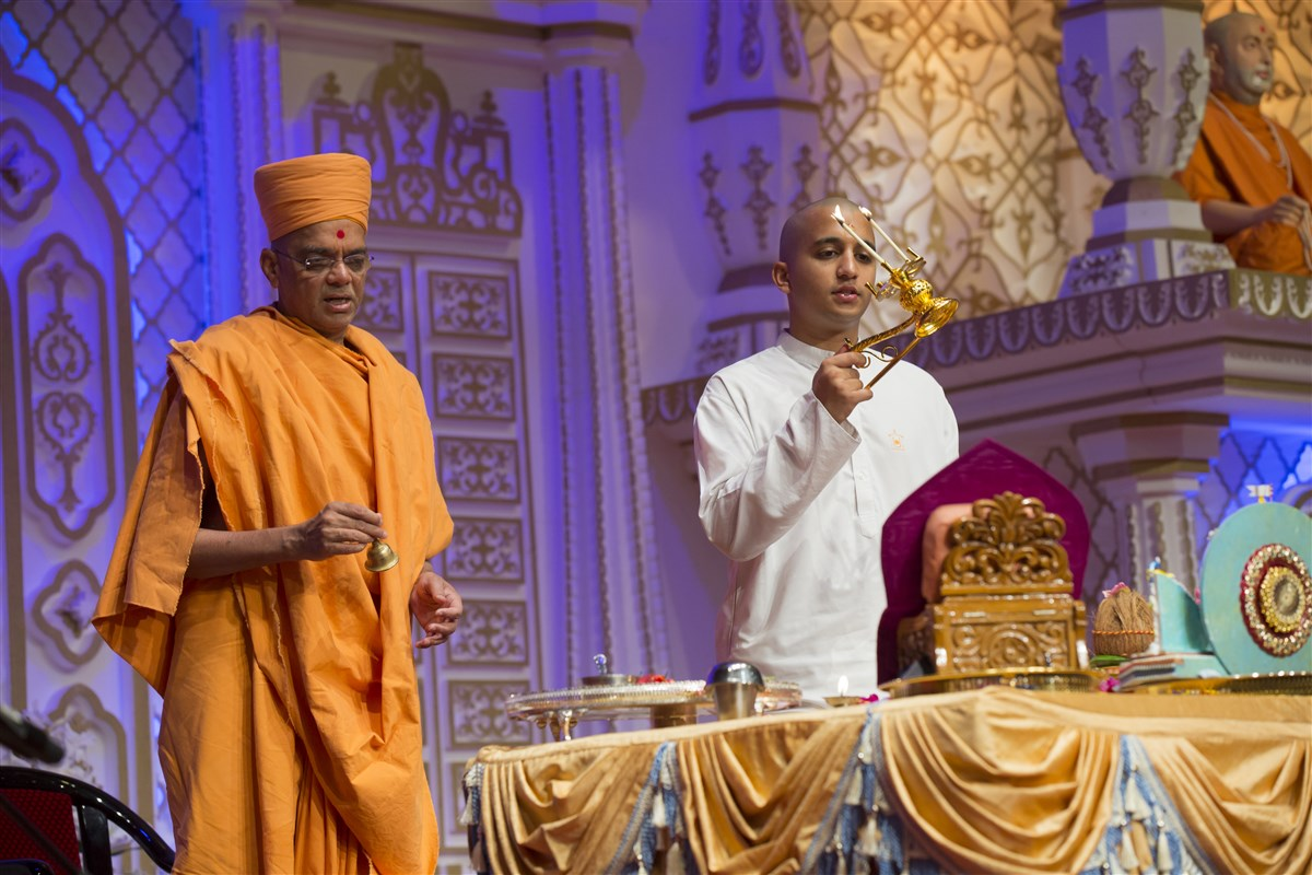 The mahapuja commences early in preparation for today's diksha mahotsav in the presence of Mahant Swami Maharaj