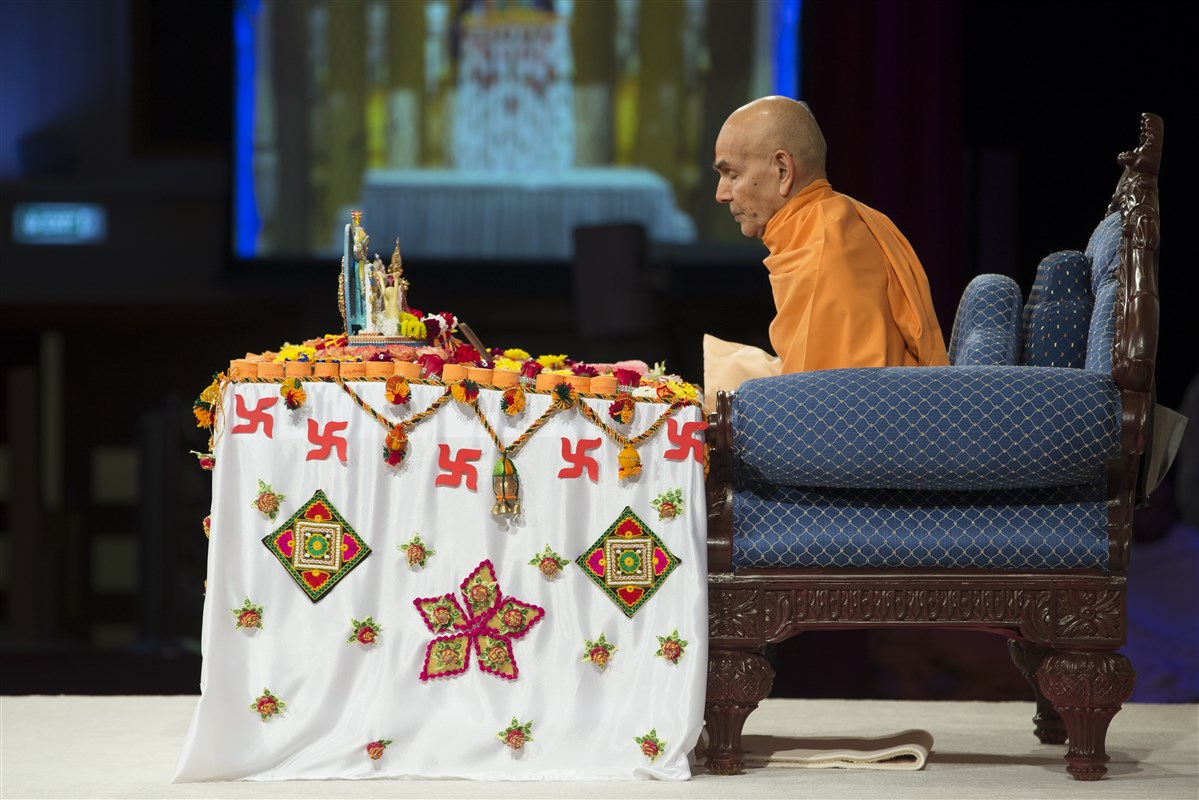 Swamishri engrossed in meditative chanting