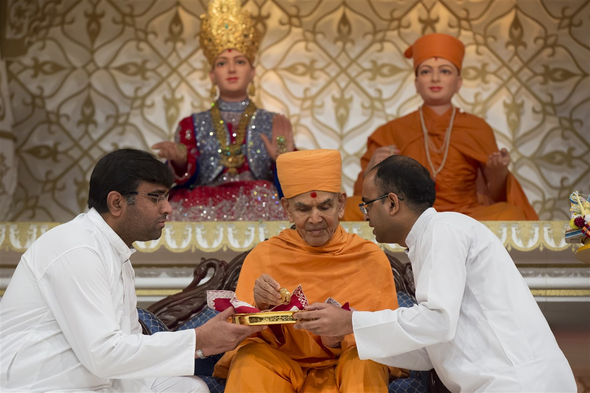 Swamishri inaugurates a commemorative coin...
