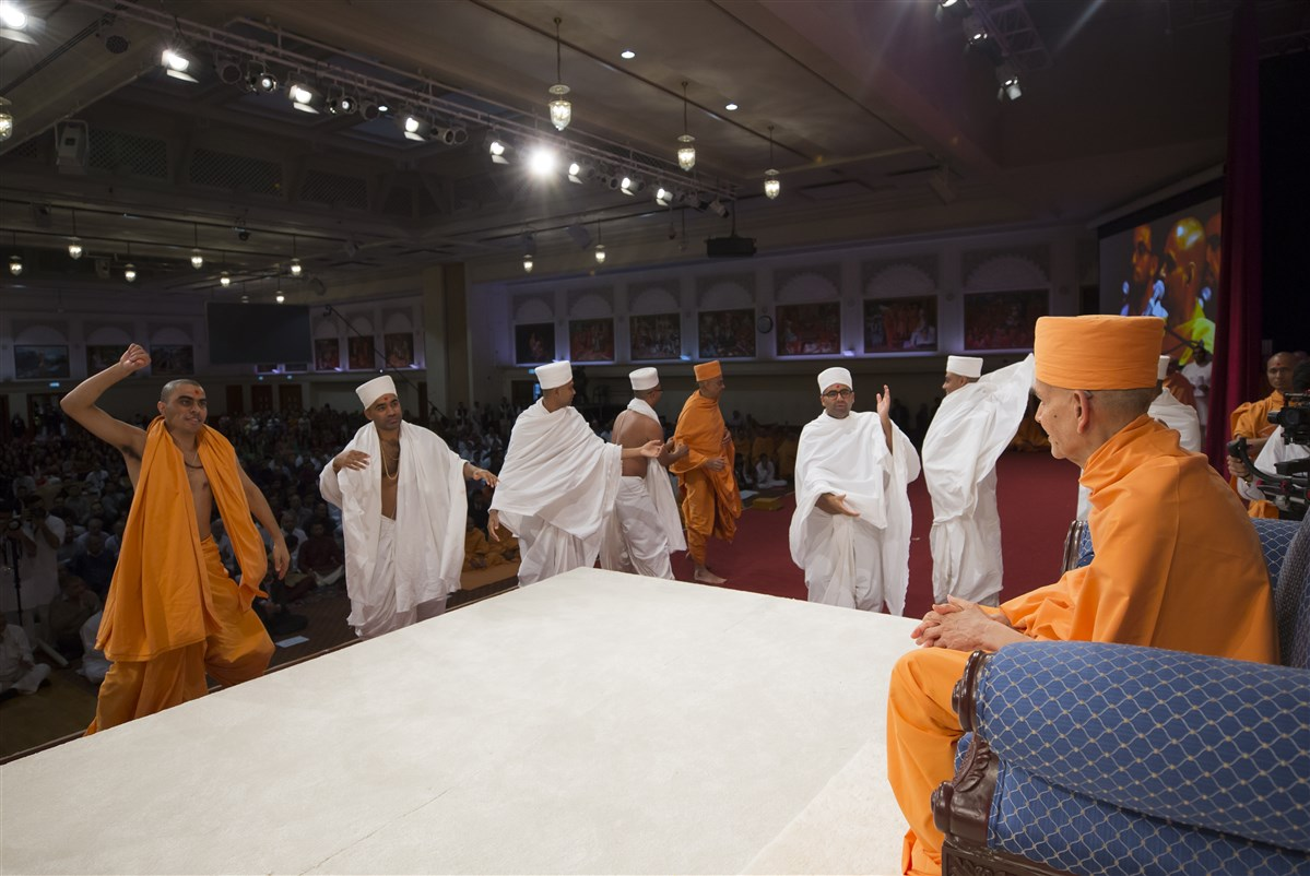 Swamis and parshads rejoice before Swamishri