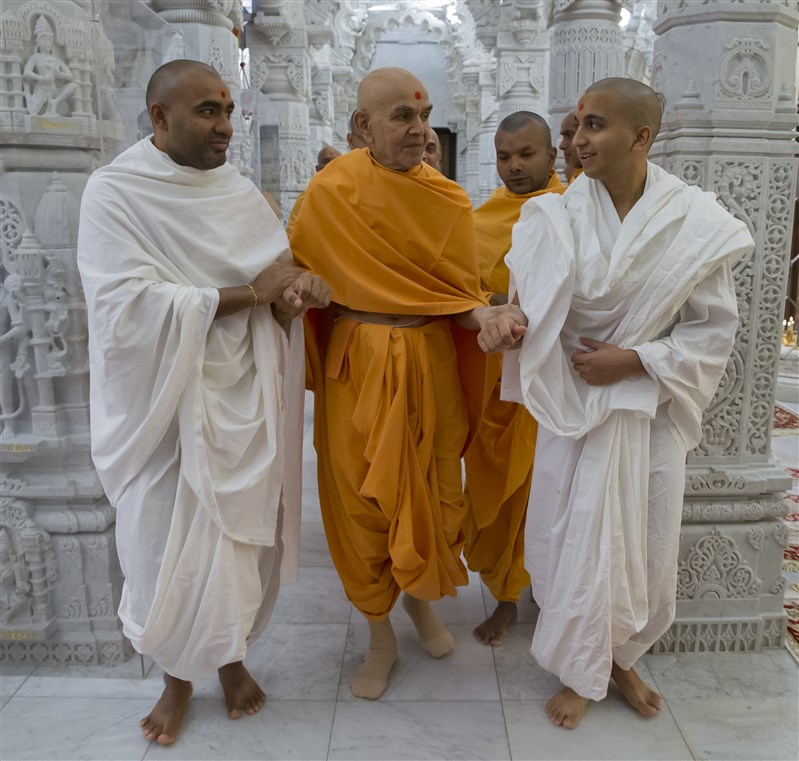 Swamishri with parshads
