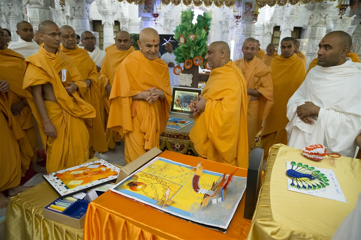 Swamishri takes a deep interest in each of the exhibits...