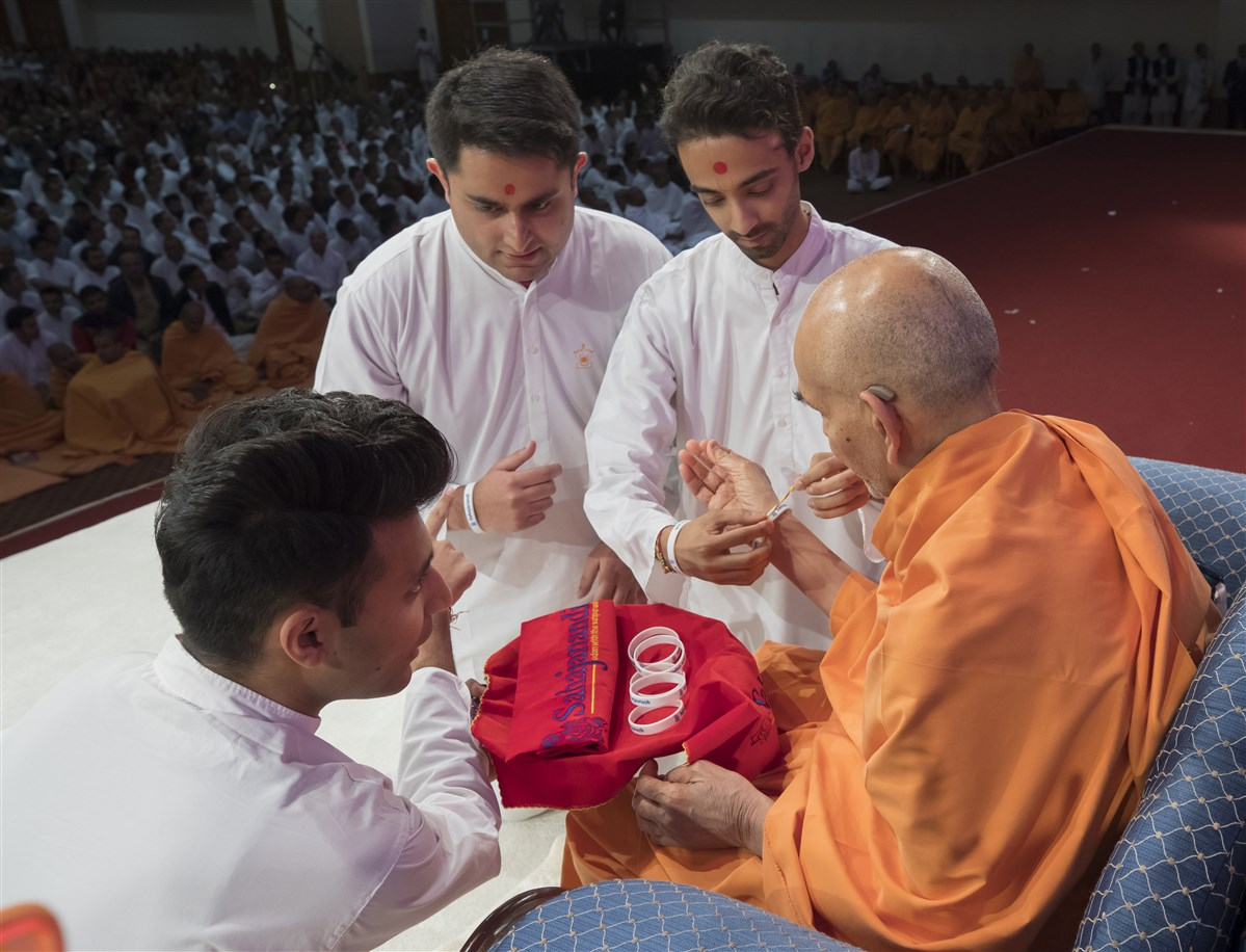 Swamishri enrols into the Yuvak-Yuvati Din and sanctifies the mementoes for each of the delegates