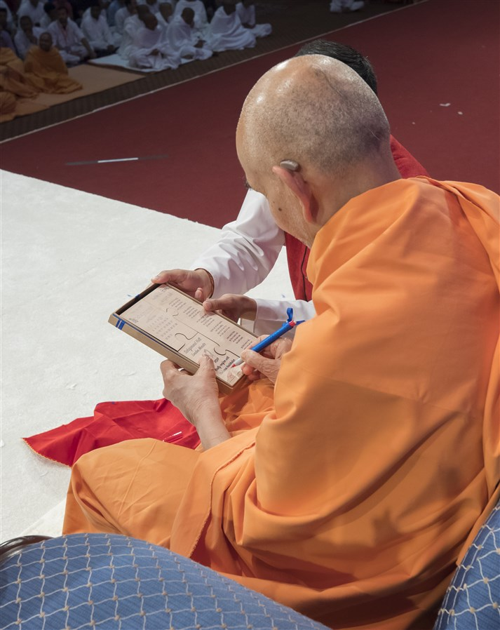 Swamishri accepts the invitation to attend the remaining sessions of 'Yuvak-Yuvati Din'