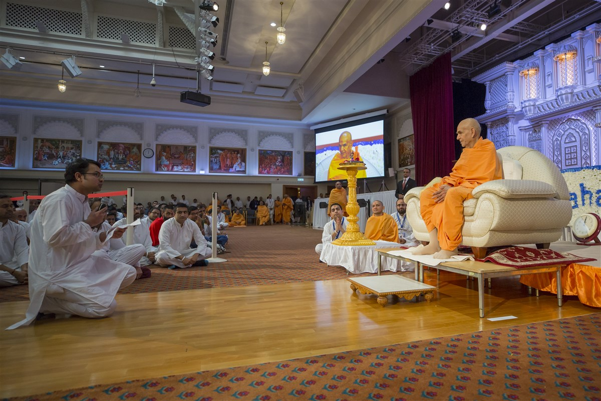 A yuvak offers a prayer before Swamishri