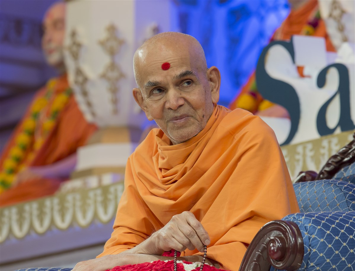 Swamishri listens with interest to the presentations...