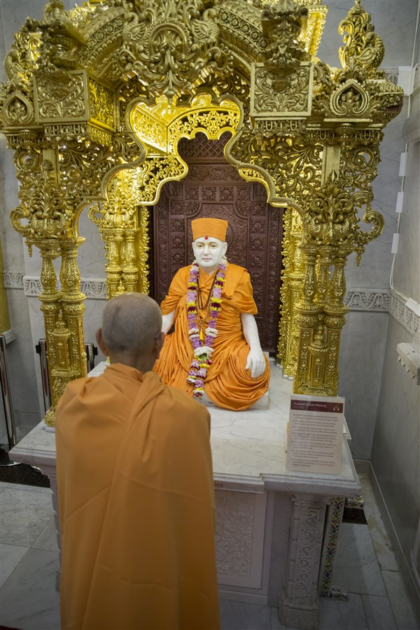 Swamishri engrossed in the darshan of Pramukh Swami Maharaj