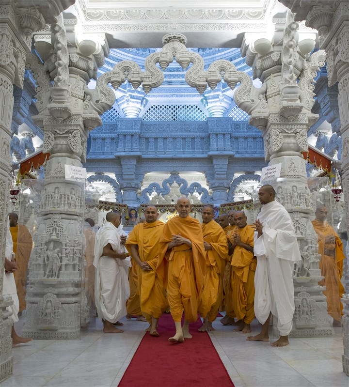 Swamishri departs from the upper sanctum of the mandir