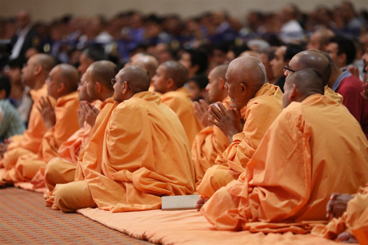 Swamis join in the prayers to Swamishri
