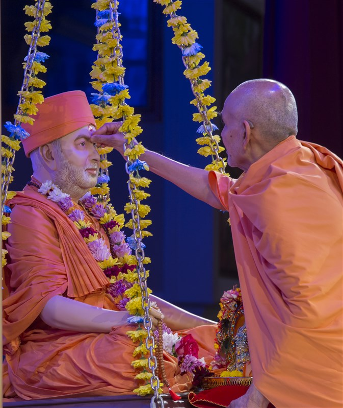 Swamishri engaged in the guru pujan of Pramukh Swami Maharaj