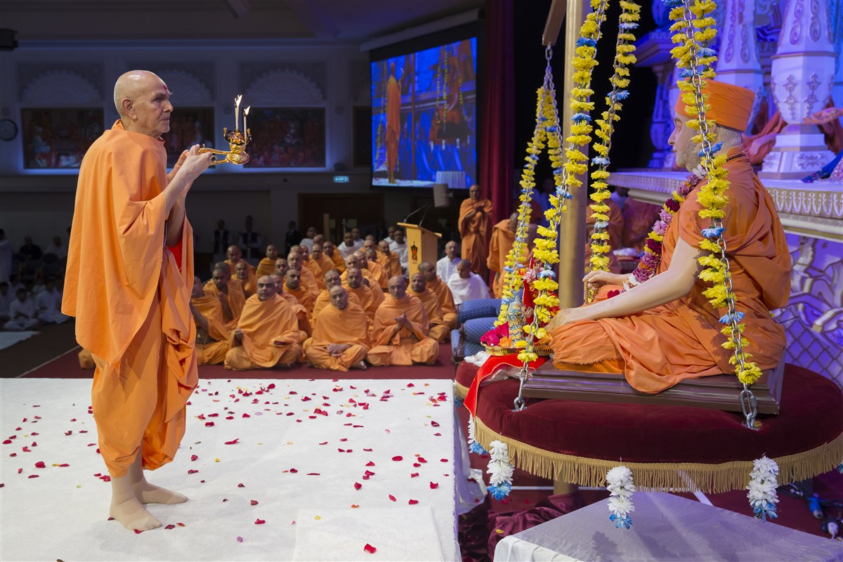 Swamishri performs the arti of Shri Harikrishna Maharaj and Pramukh Swami Maharaj