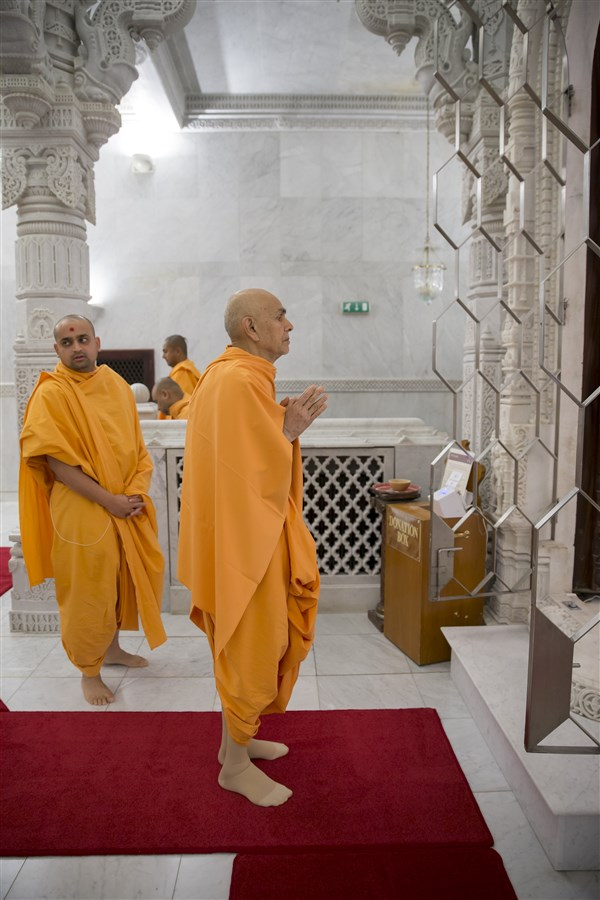 Swamishri engrossed in darshan in the upper sanctum