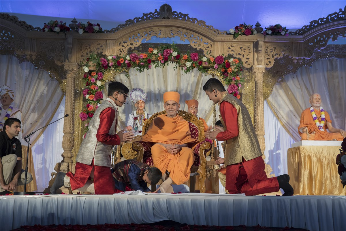 Children offer their gratitude to Swamishri for gracing them with the new mandir