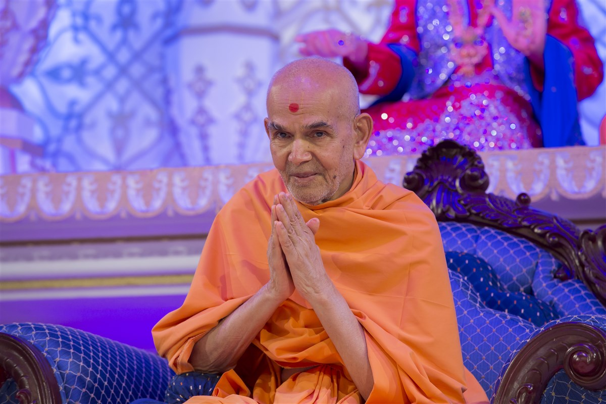Swamishri greets everyone with folded hands