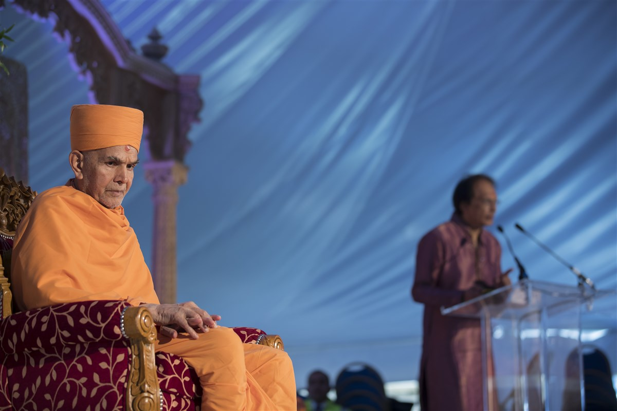 Swamishri listens intently as a volunteer retraces the history of Satsang in East London