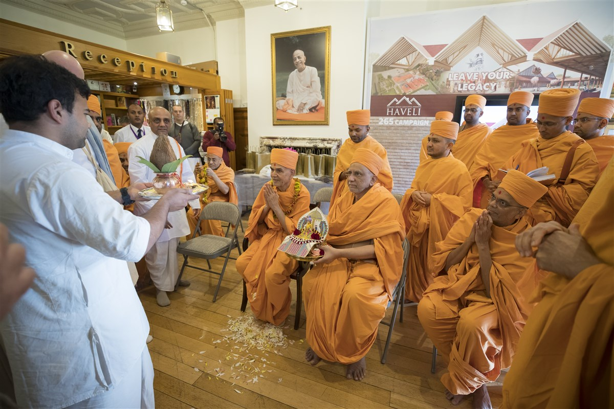 Swamishri graces Bhaktivedanta Manor in Watford with Shri Harikrishna Maharaj and swamis