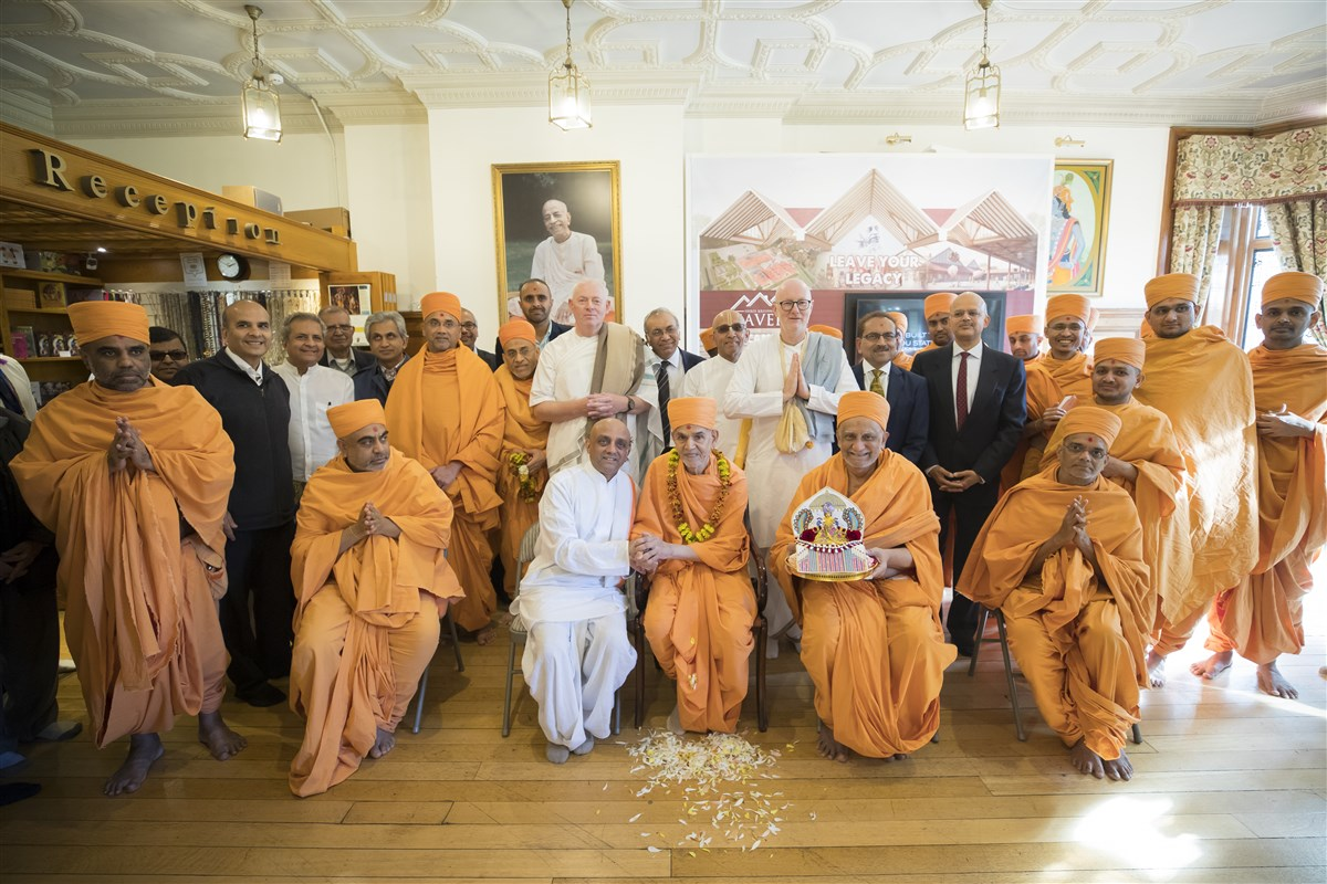 Shri Harikrishna Maharaj and Swamishri with trustees and leading ISKCON devotees of Bhaktivedanta Manor