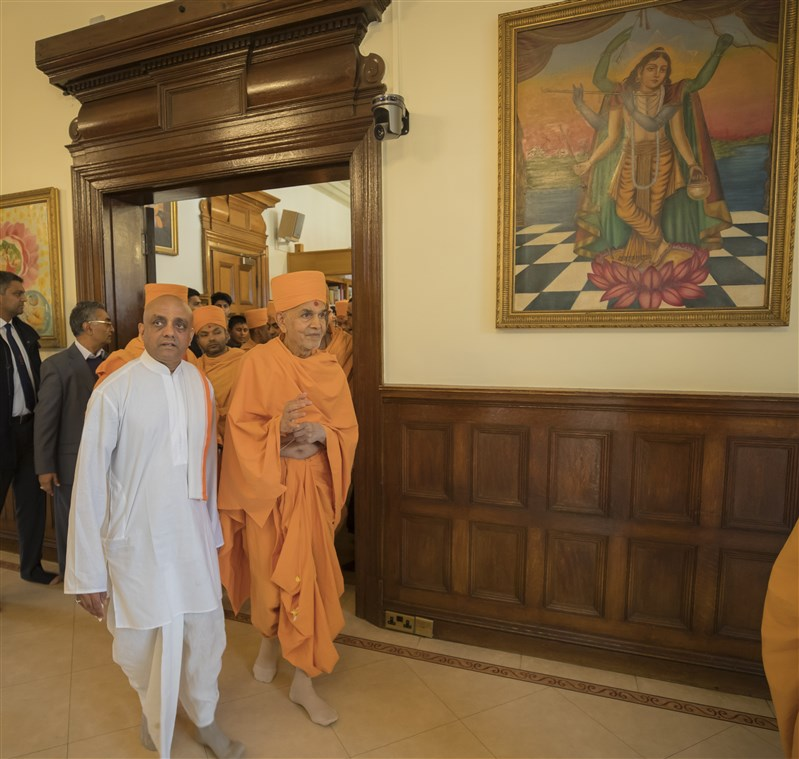 Swamishri is given a tour of the Manor temple