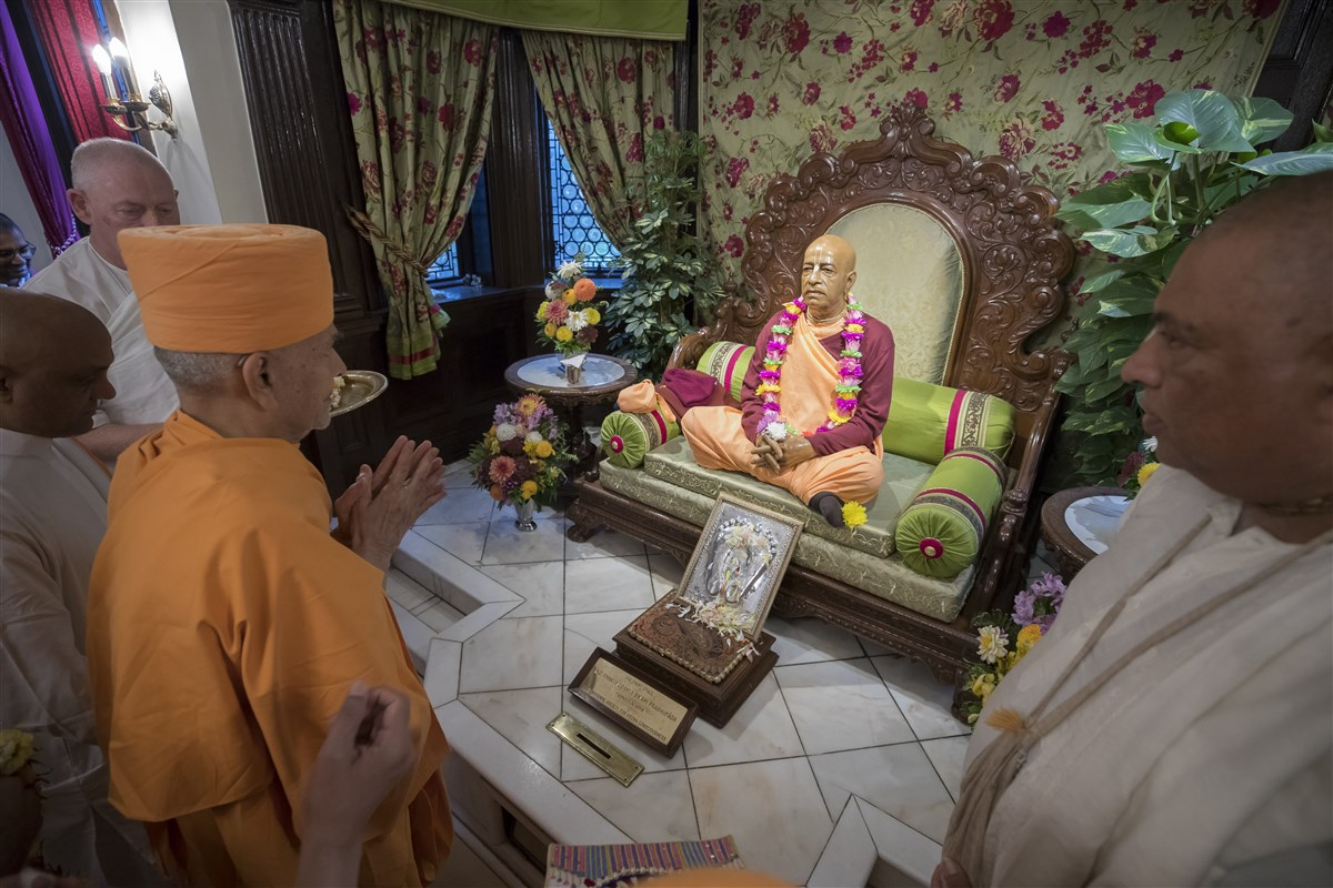 Swamishri pays his respects to Bhaktivedanta Swami Prabhupada, founder of ISKCON