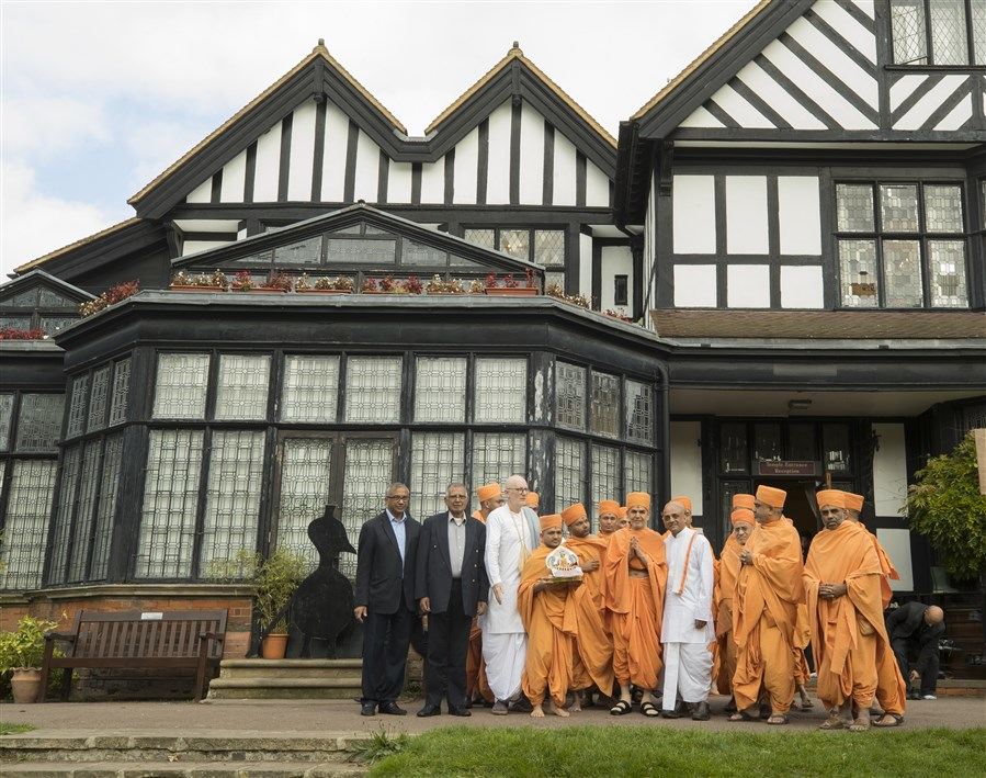 Swamishri outside Bhaktivedanta Manor