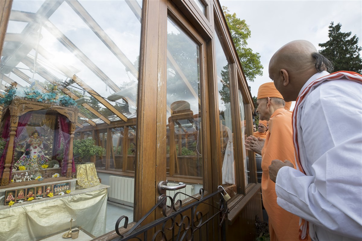 Swamishri is given a tour of the temple grounds