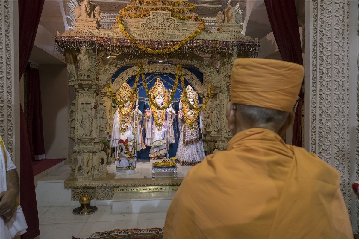 Swamishri visits the Sanatan Hindu Mandir in Wembley