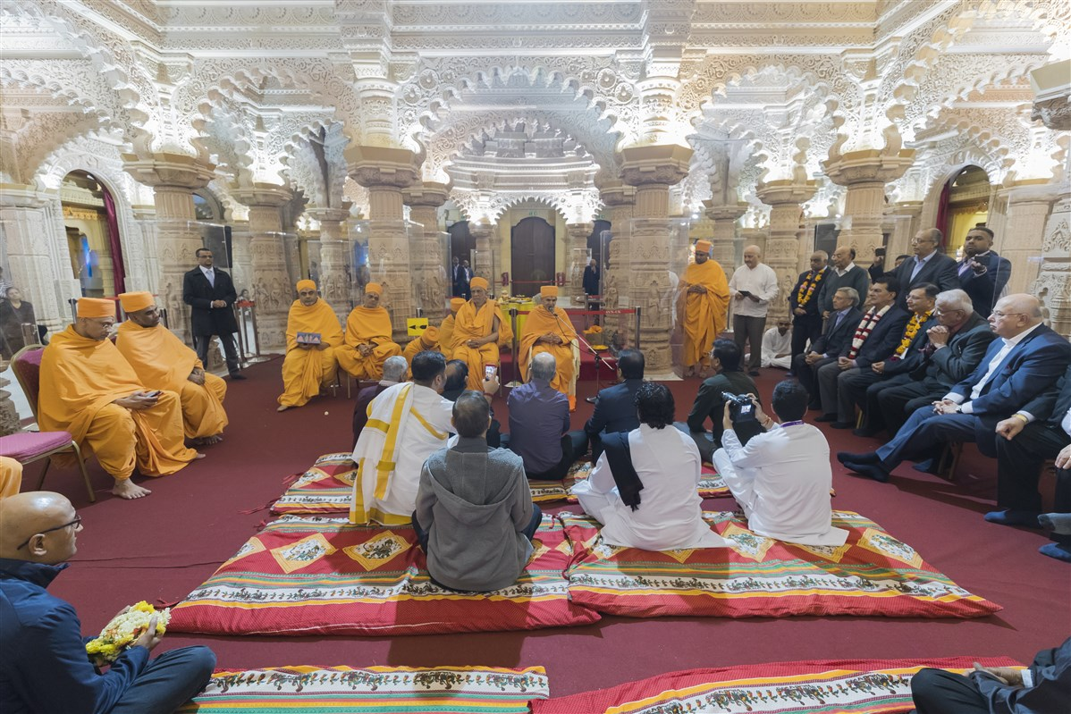 Swamishri blesses the trustees and devotees of the Mandir
