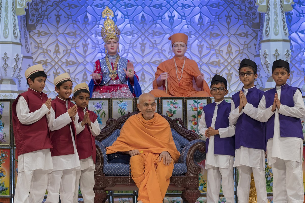 Swamishri with the child presenters