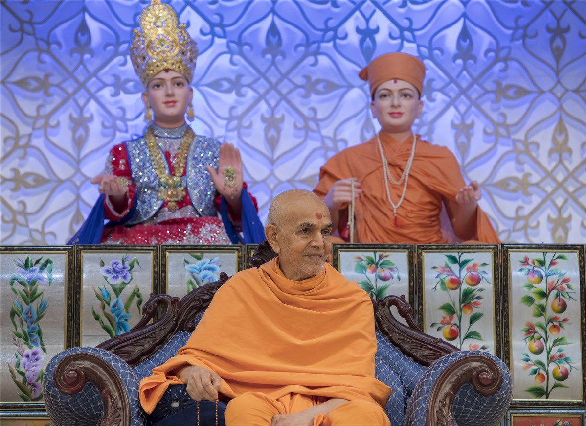 Swamishri gracing the evening assembly