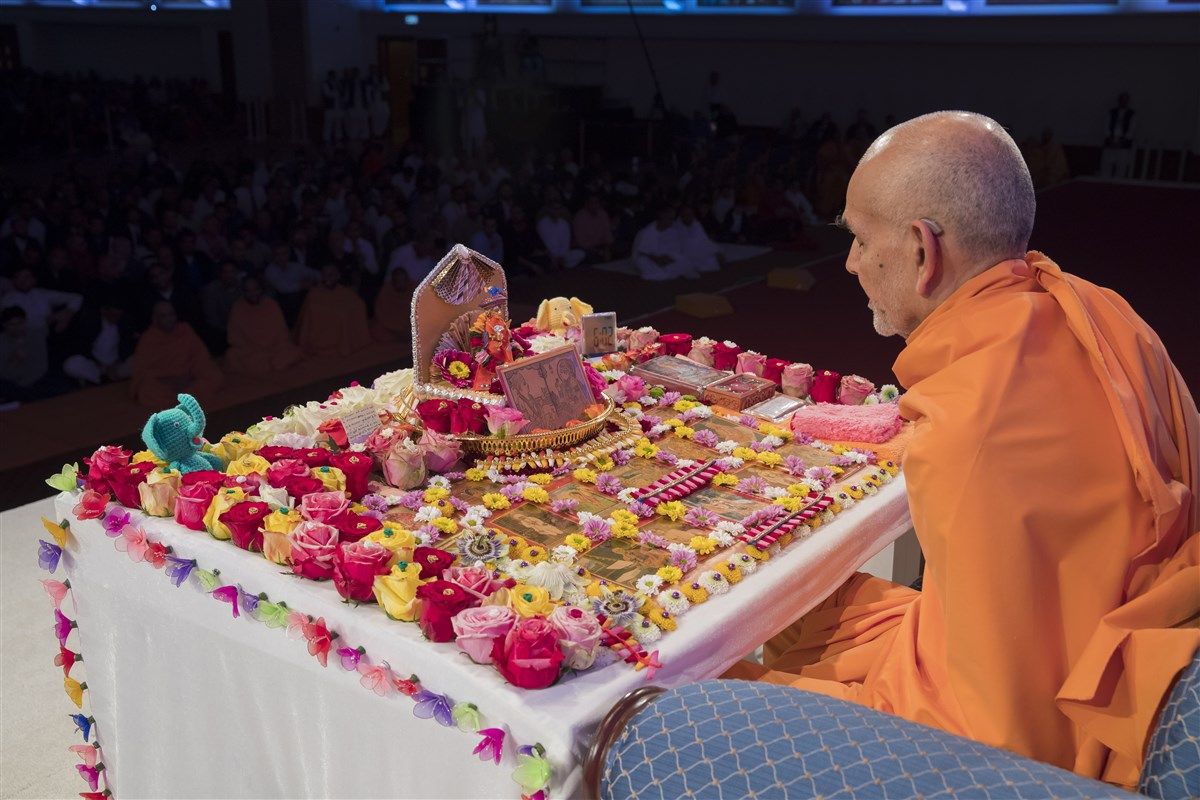 Swamishri engrossed in his morning puja