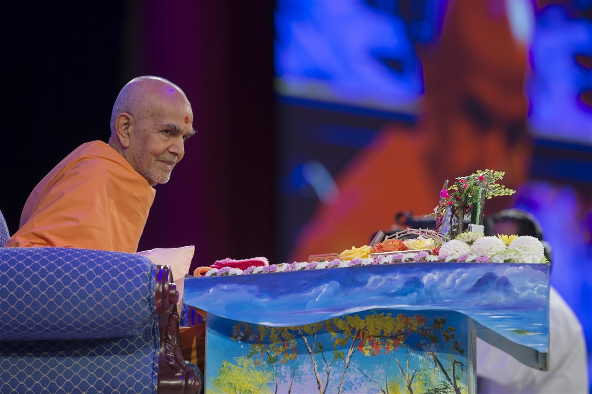 Swamishri responds encouragingly to the child's presentation