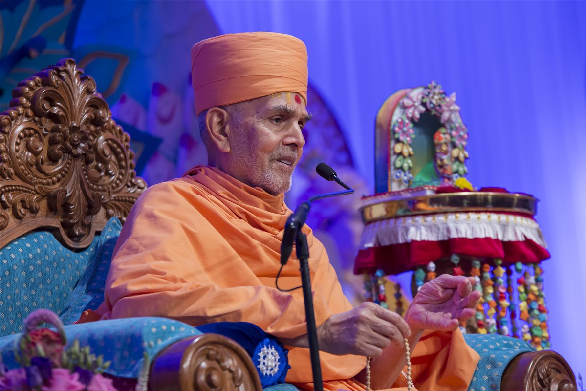 'One should cultivate divyabhav towards others and dasbhav for oneself.' - Mahant Swami Maharaj