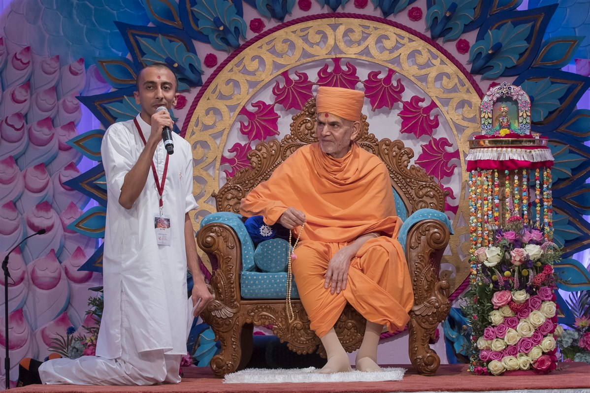 "In conclusion, a youth asks Swamishri about the title of the Vachanamrut just delivered, to which Swamishri replies, ""Divyabhāv Rākhvo"""