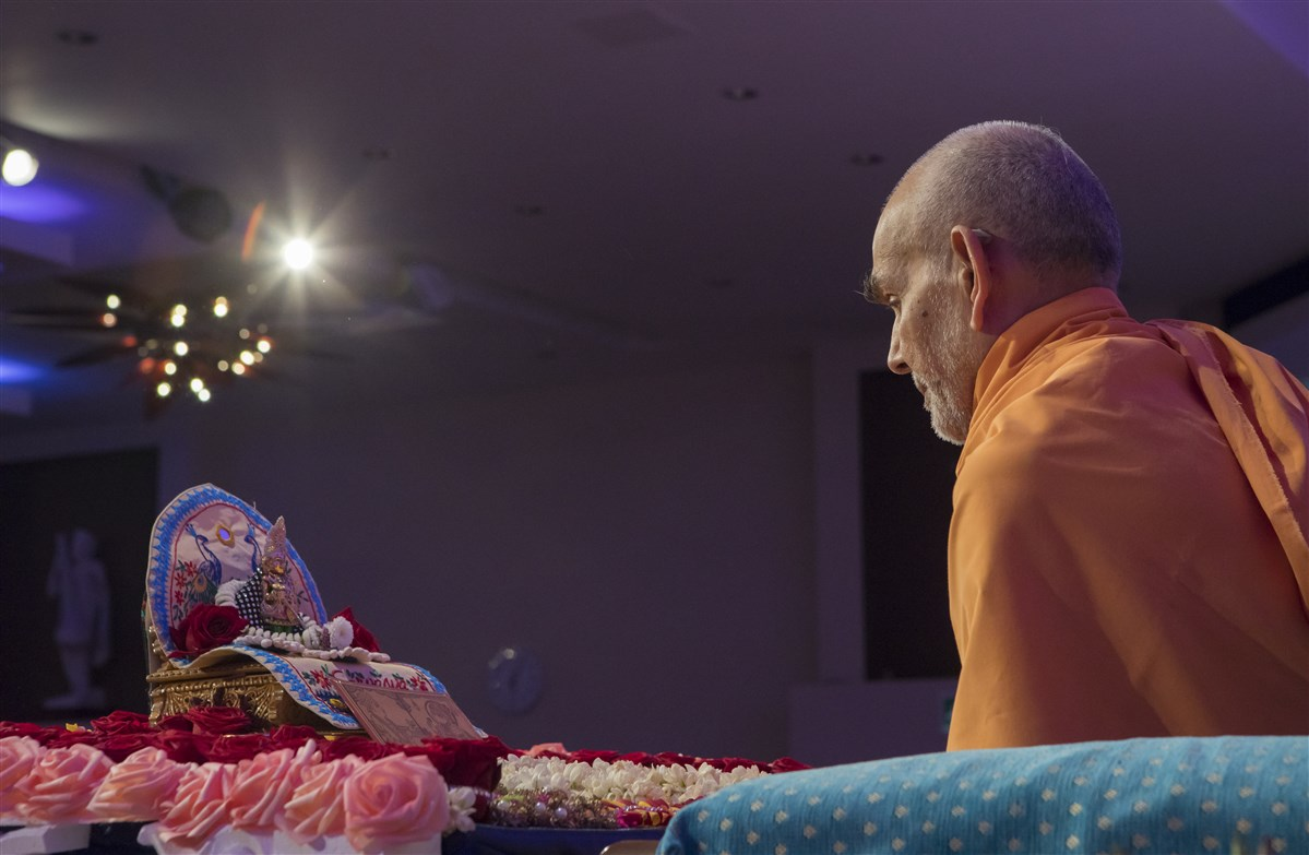 Swamishri commences his morning puja in the assembly hall