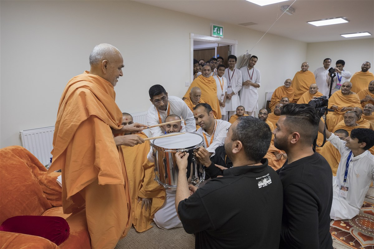 Swamishri blesses a snare drum of the Akshar Marching Band