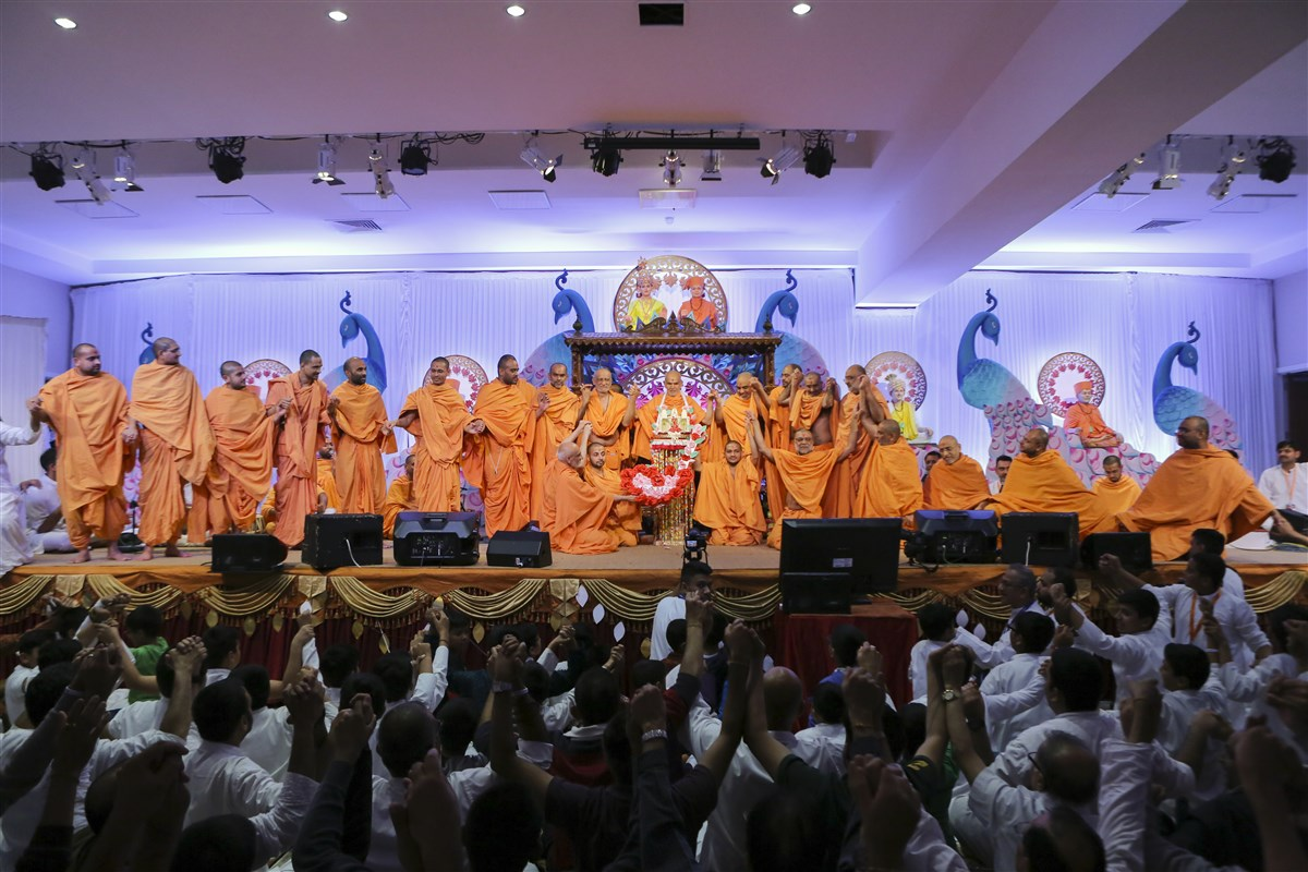 Swamis join hands with Swamishri...