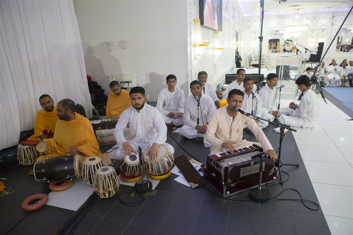 Youths from various European countries sing and perform in Swamishri's puja