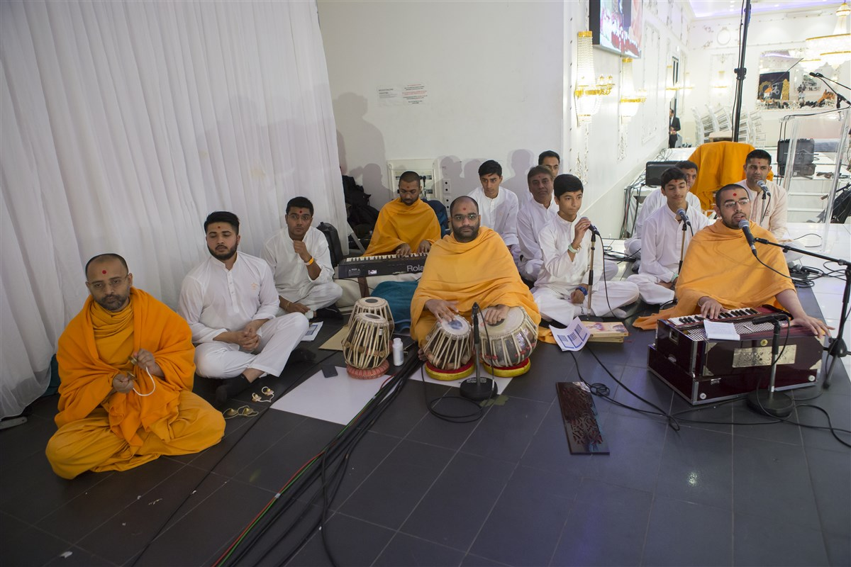 Swamis sing and perform in Swamishri's puja