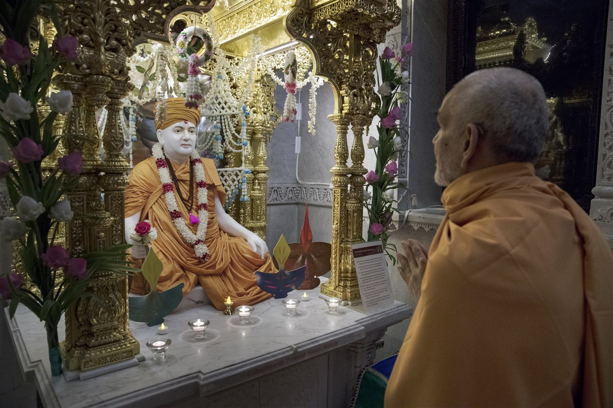 Swamishri engrossed in darshan of Pramukh Swami Maharaj